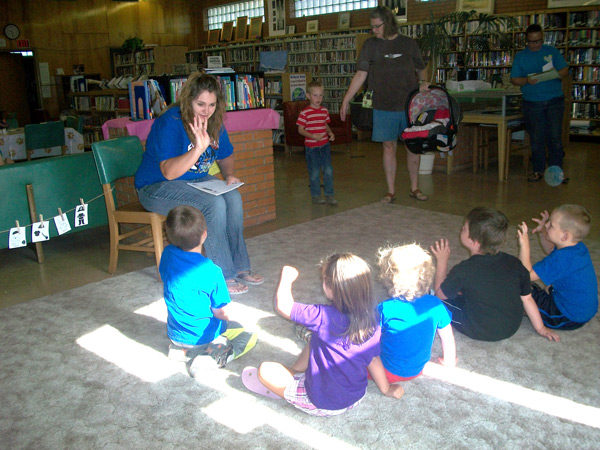 summer reading kids interacting with the storyteller