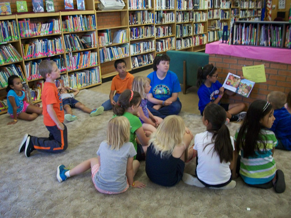 summer reading kids in a circle reading